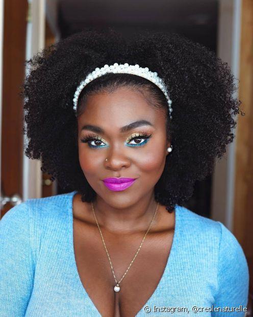 Penteados simples: cabelo solto com arco ou tiara é alternativa para não precisar prender o cabelo molhado. (Foto: Instagram @creolenaturelle)