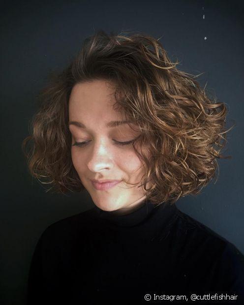 O wavy bob é uma tendência de cabelo curto repicado em camadas que dá um volume mais equilibrado aos fios. (Foto: Instagram @cuttlefishhair)