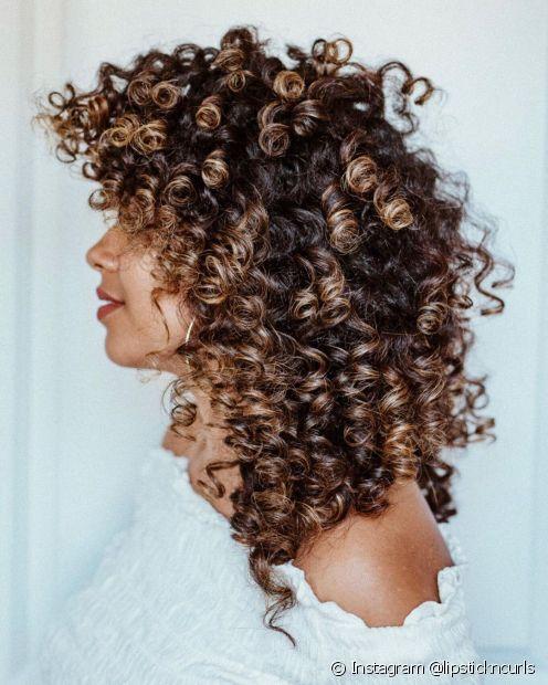 O ombré hair morena iluminada é um clássico que chama atenção pelas mechas bem marcadas. (Foto: Instagram @lipstickncurls)