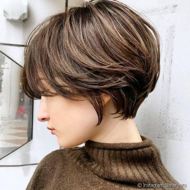 Existem diferentes formas de fazer luzes no cabelo para alcançar o visual morena iluminada mel (Foto: Instagram @shorimtg)