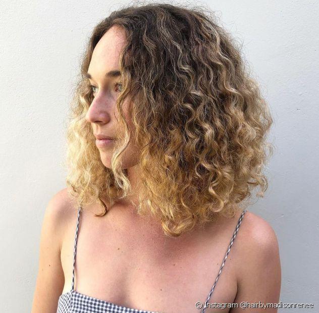 Confira 5 versões do corte de cabelo long bob cacheado! (Foto: Instagram @hairbymadisonrenee)
