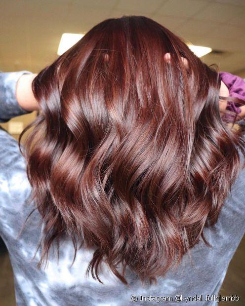 Invista em produtos que atendam as necessidade de um cabelo colorido para manter o castanho avermelhado luminoso (Foto: Instagram @kyndall.fullglambb)