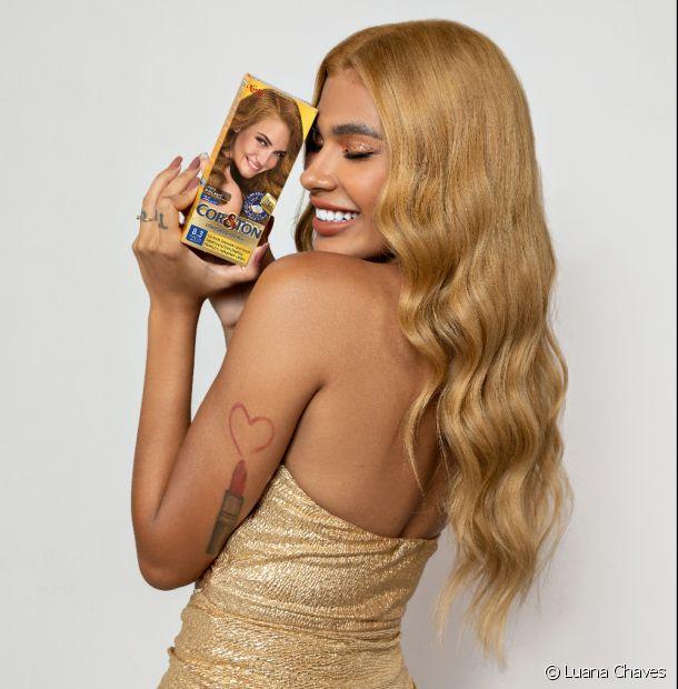 A cantora Pocah está loira! Confira os detalhes da transformação do cabelo com o 8.3 Louro Claro Dourado de Cor&Ton. (Foto: @fim_in_)