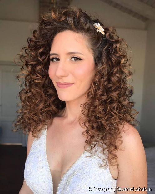 É possível alcançar o castanho claro em cabelos naturais sem precisar de descoloração (Foto: Instagram @carmelyahalom)