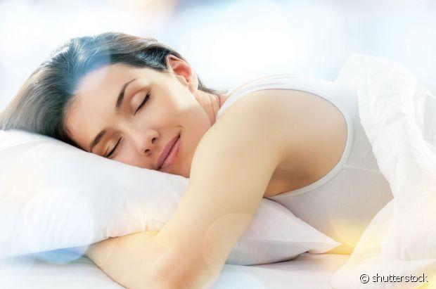 Para evitar o frizz - muito comum pela manhã por conta do atrito com o travesseiro - e acordar com os cabelos mais arrumadinhos, você pode aplicar óleo de argan no comprimento e nas pontas antes de dormir