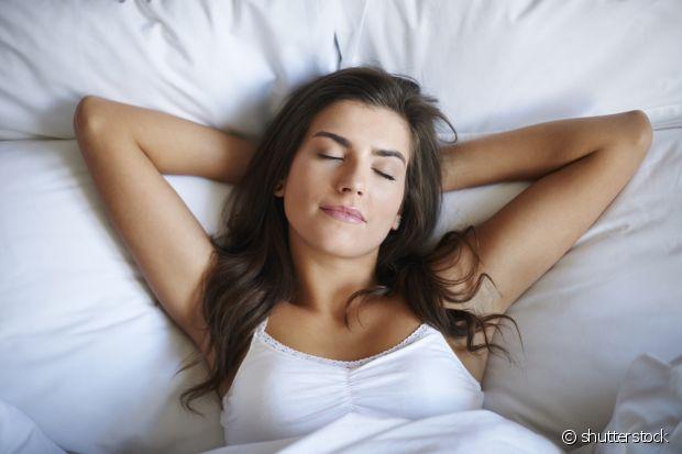 Pentear os cabelos antes de dormir é um ato simples, mas que faz bastante diferença na hora de acordar