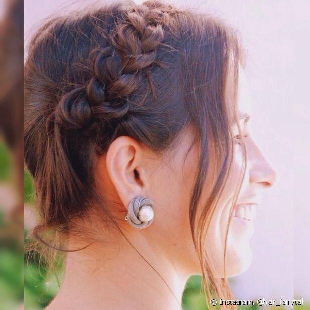 A tiara de trança com o cabelo preso é um penteado super jovial e combina com passeios durante o dia, casamentos em locais abertos e claro, um look romântico!