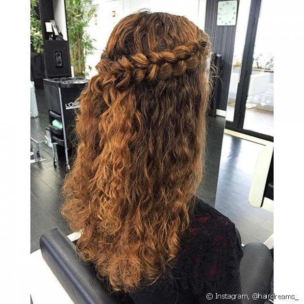 O semipreso é o básico que a gente adora usar no dia a dia, mas para sair do comum você pode trançar duas pequenas mechas da lateral do cabelo antes de uni-las na parte de trás da cabeça com um grampo