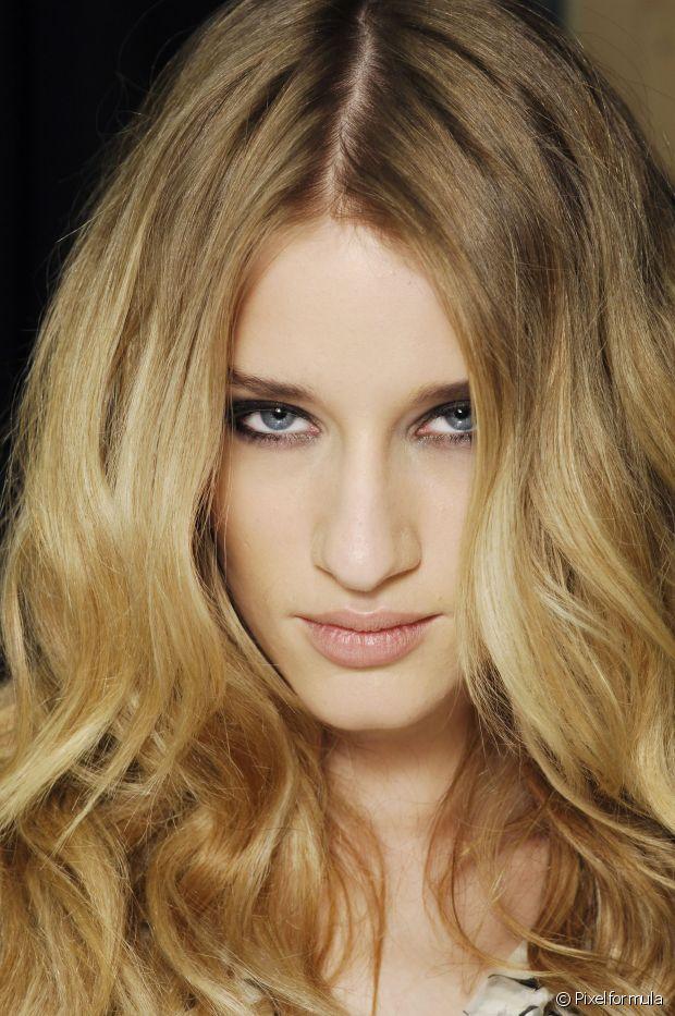 Antes de começar a ondular as madeixas, lave os cabelos com shampoo sem sal duas vezes e economize no condicionador. O creme tende a amolecer os fios e faz com que o penteado desfaça com mais facilidade