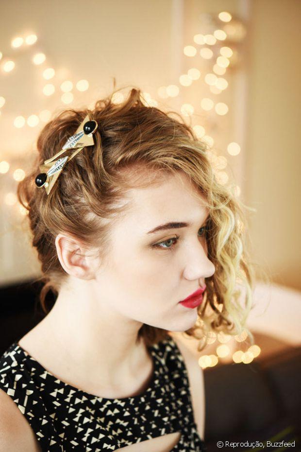 Se seu cabelo tem muito ou pouco volume, não tem problema! O segredo é jogá-lo para um lado da cabeça prendendo com grampos na raiz e caprichar na texturização