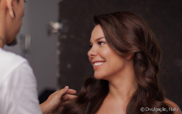 Fernanda Souza pintou os cabelos com o 6.7 (Chocolate Natural), de Brilho&Ton, nova coloração sem amônia da Niely