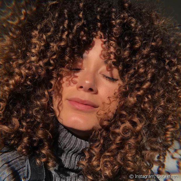Com a curvatura mais fechada, o 3C é um dos tipos de cabelo cacheado mais volumosos de todos (Foto: Instagram @stylefeen)