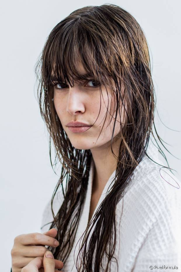 Lavar os cabelos duas vezes remove toda a oleodidade e garante a ação hidratante do condicionador