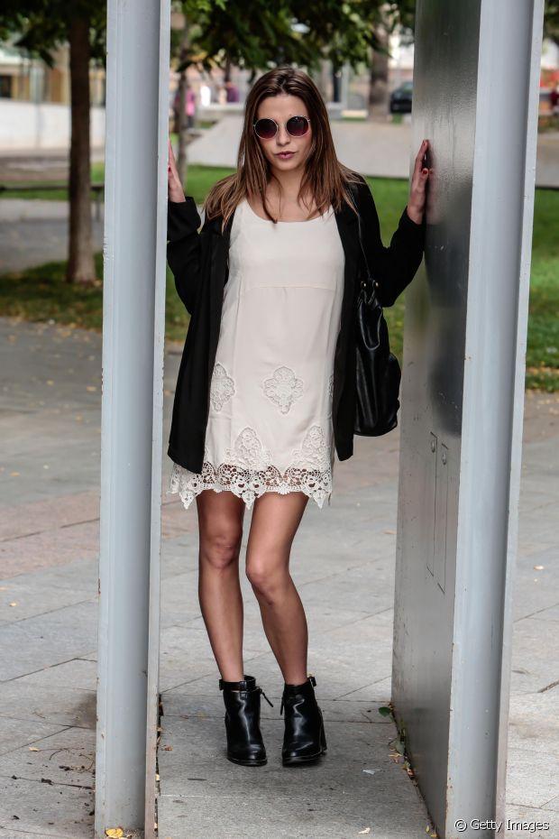 Uma bota preta de cano curto é o suficiente para transformar aquele vestido de verão em um look de outono perfeito