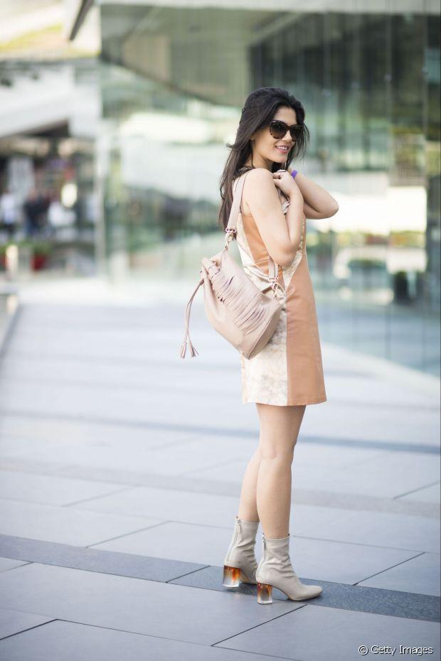 Aproveite a temperatura amena do outono para criar look mais claros, com botas em couro bege ou marrom