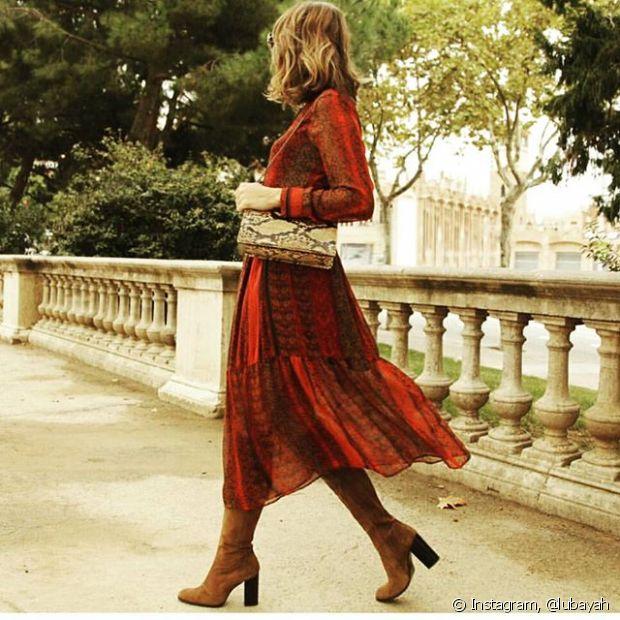 As botas claras e de salto quadrado combinam com a elegância dos vestidos boho à luz do dia