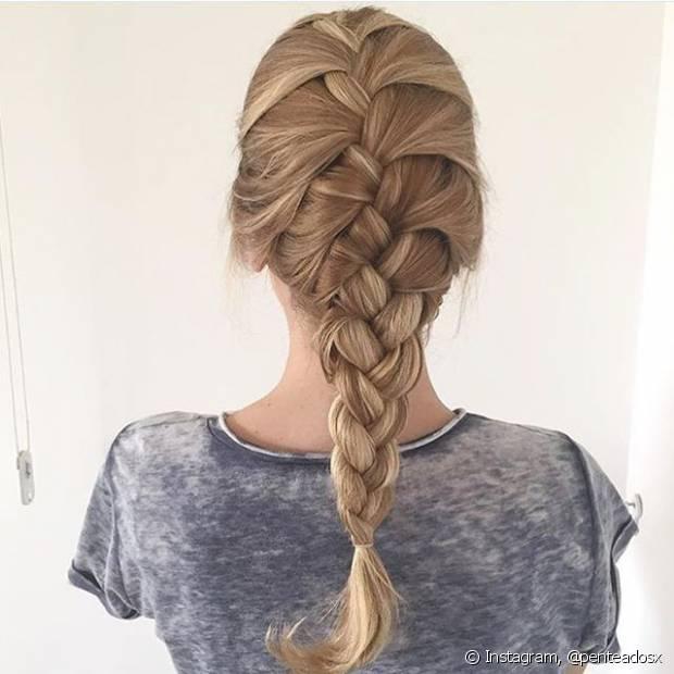 Depois do trançado clássico, a mais pedida no universo de penteados românticos é a embutida, que tem os fios entrelaçados da raiz até as pontas do cabelo em um resultado final digno de deusa grega
