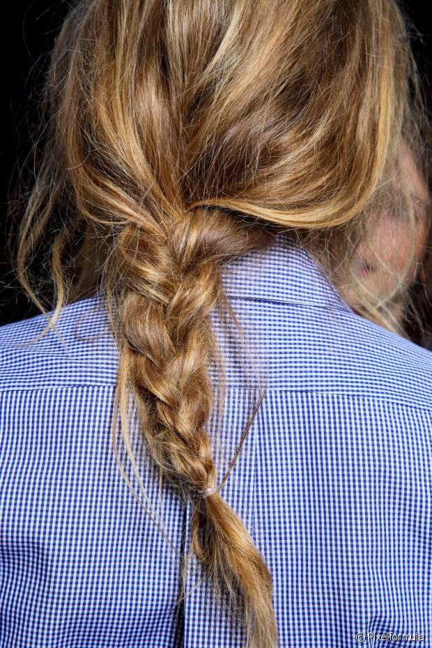 Aproveite que o cabelo está úmido para fazer penteados que modelam os fios, como coques e tranças: eles vão criar um ondulado bonito pela manhã e ainda garantem menos quebra ao diminuir a área de atrito com o travesseiro