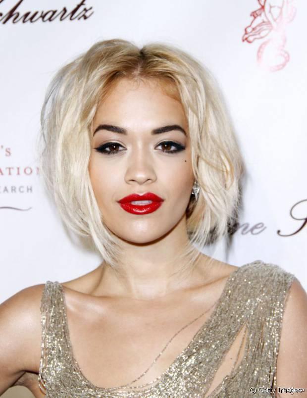 Outra vantagem de aderir ao look platinado com raiz escura é que ele ameniza a diferença de tom entre os cabelos quase brancos e uma pele amarronzada como a da cantora Rita Ora