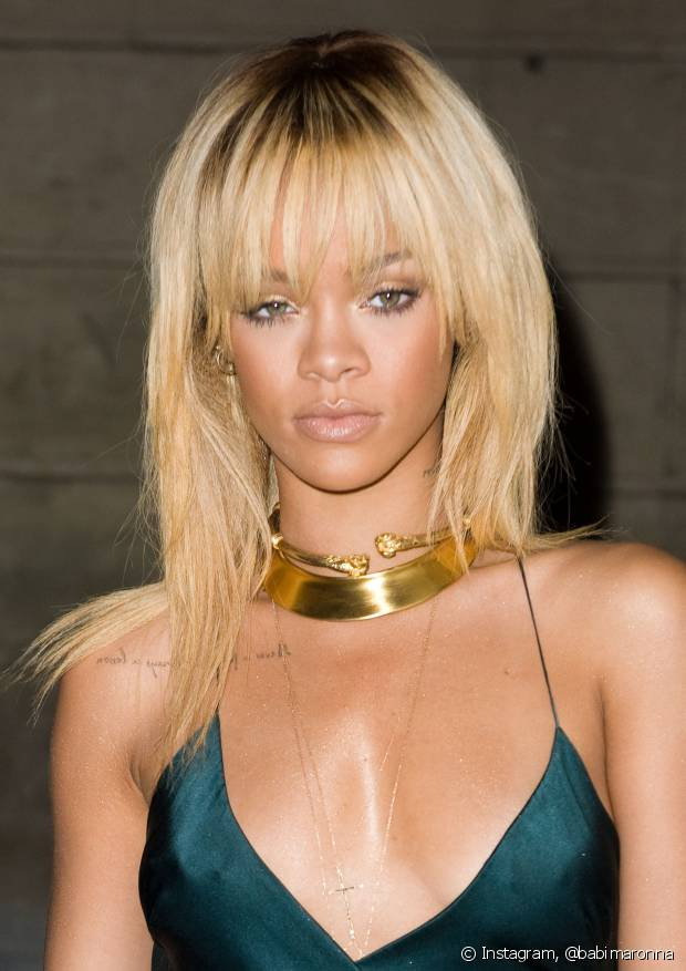 Quando o loiro não sai diretamente do couro cabeludo, isso cria mais naturalidade em quem é negra, morena e até em quem é muito bronzeada, como você pode ver o resultado na cantora Rihanna