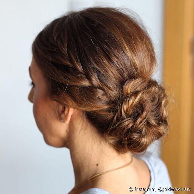 O coque é o tipo de penteado que cai bem com qualquer textura de cabelo. Se quiser fugir do básico, nossa sugestão é criar uma trança no rabo e só depois enrolar em volta do elástico