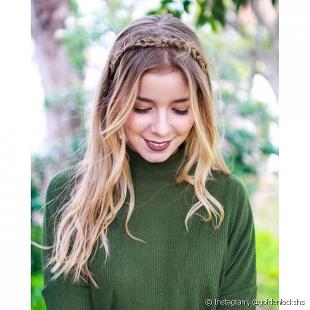 Para fazer uma tiara de trança basta seoarar uma mecha grossa do início do cabelo de um único lado, trançar, e depois passar para o outro lado formando um arco. Conte com grampinhos da cor do cabelo para fixar o penteado