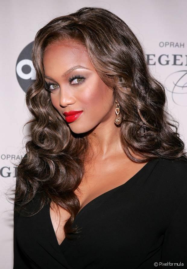 Usado com maquiagens leves ou superimpactantes, o batom vermelho é um clássico indispensável no necessaire de toda mulher, e promete dar um toque de elegância e sensualidade a qualquer look sem muito esforço