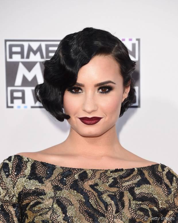 Demi Lovato investiu em um look gótico e muito elegante com batom vinho e sombra preta