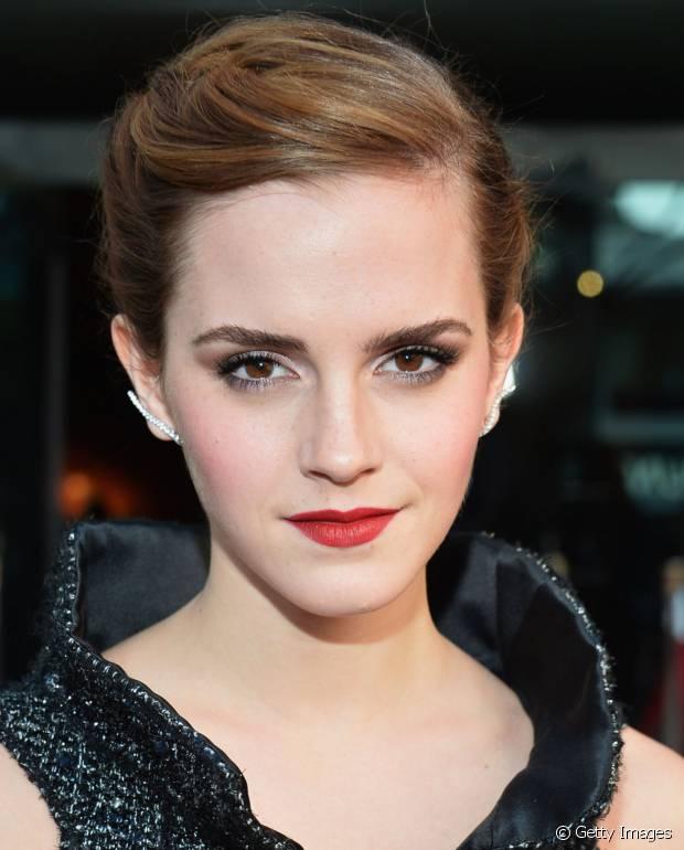 Emma Watson esfumou levemente uma sombra marrom na raiz dos cílios e apostou no vermelho aberto