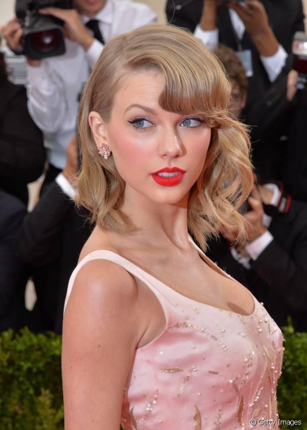 Taylor Swift é fã de clássicos, por isso, a cantora apostou no delineado gatinho com um vermelho superpoderoso nos lábios