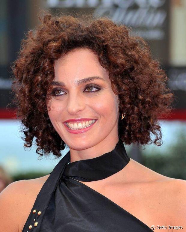 A fitagem é uma técnica muito famosa entre as cacheadas que ajuda a dar definição aos cabelos crespos de qualquer tamanho