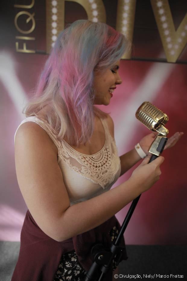 Louise Braz complementou seu visual com mechas rosas e azuis