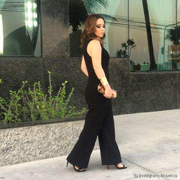 Janaína Carvalho escolheu um macacão preto para curtir o evento