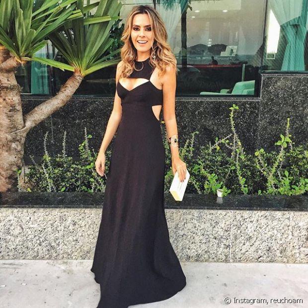 Renata Uchôa mostra o vestido preto que escolheu para prestigiar o evento da Niely