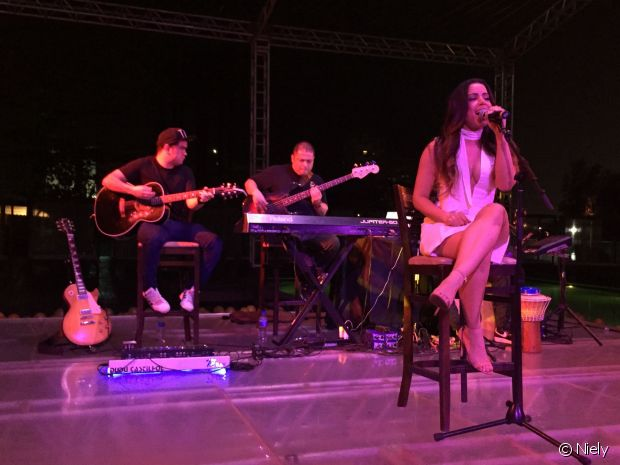 Anitta cantou seus sucessos em versão acústica