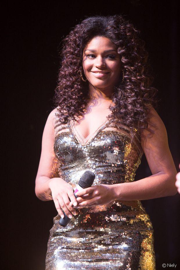 Juliana Alves desfilou com um vestido dourado brilhoso no vento da Niely