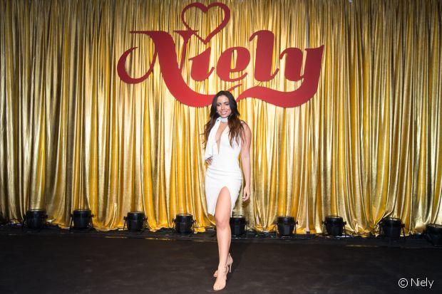 Anitta posa com vestido supersensual como nova embaixadora da Niely: 'Uso a marca desde sempre'