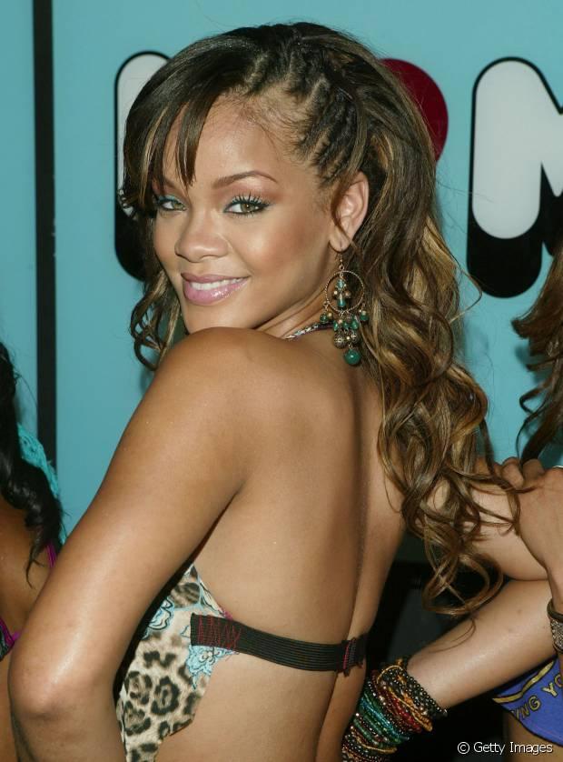 Em 2005, Rihanna apostou no sidecut falso fei com tranças