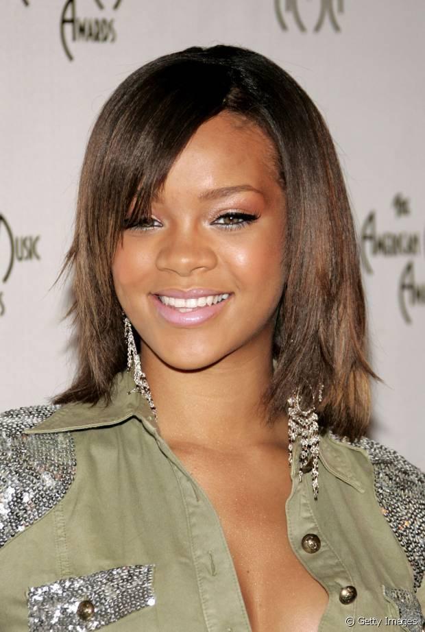 Rihanna também já investiu em cabelos curtos e superlisos