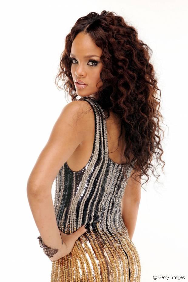 No começo da carreira, em 2006, Rihanna exibiu fios cacheados e longos