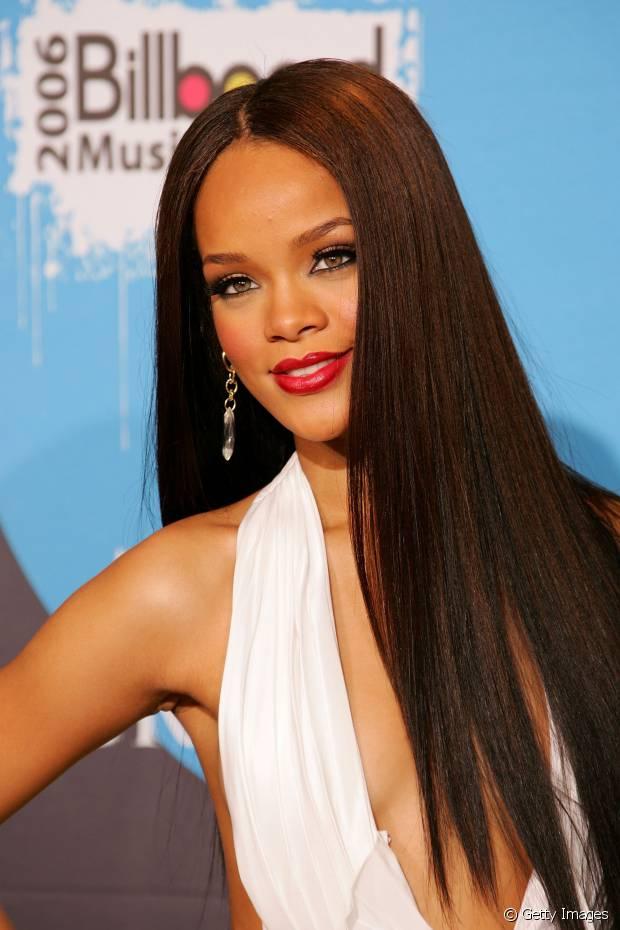 Rihanna foi com os fios lisos polidos e alongados para o Billboard Music Awards 2006