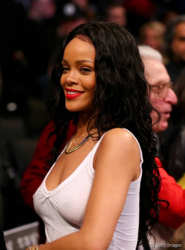 Rihanna já apareceu com os cabelos pretos e alongados, em 2014