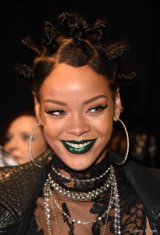 Rihanna é sinônimo de ousadia! Em 2014, a cantora investiu em um penteado afro e batom verde para um evento