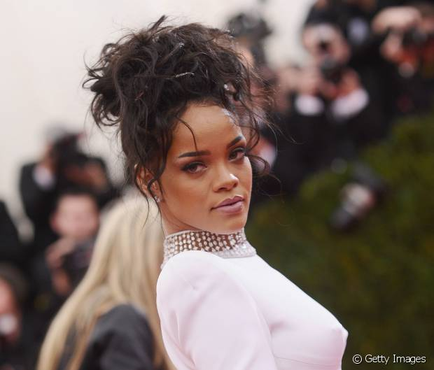 Já deu pra perceber que a Rihanna gosta mesmo dos fios bagunçadinhos, né?