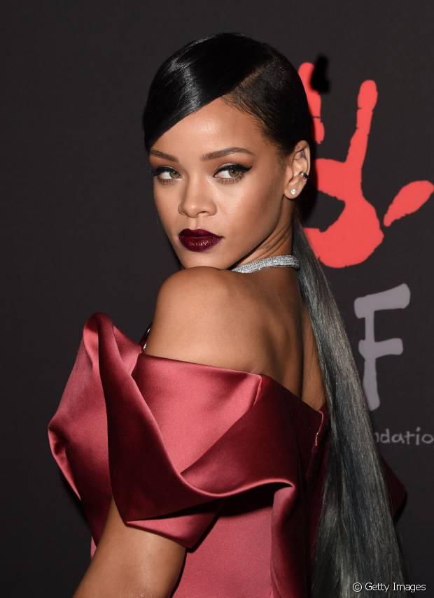 Não é só o rabo de cavalo alto que Rihanna é adepta. Em 2014, a cantora já apareceu com um rabo de cavalo baixo liso