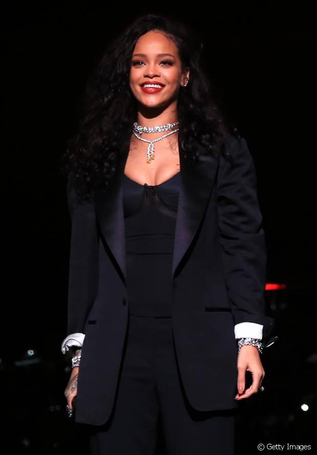Rihanna também já desfilou fios volumosos e cacheados em 2015
