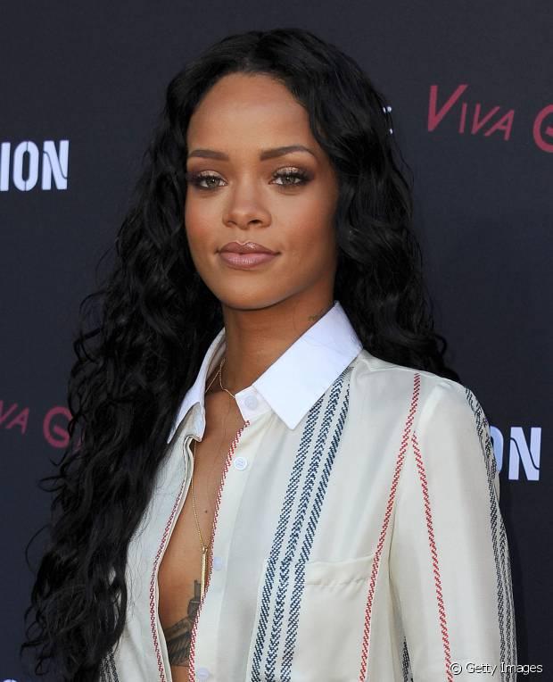 Não tem como esconder! Rihanna curte muito os seus fios cacheados e longos