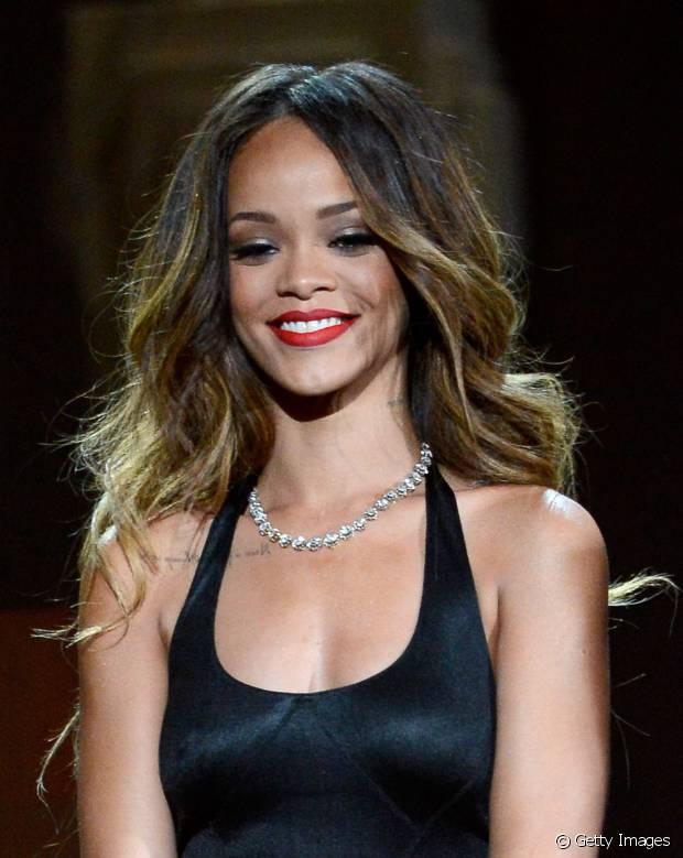 Quando aposta em um penteado, Rihanna gosta de investir em ondulações leves e cabelos volumosos