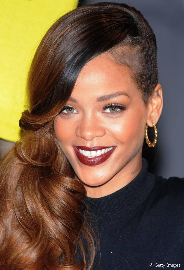 Rihanna sempre está antenada nas tendências! A cantora já usou um sidecut, corte que raspa uma das laterais do cabelo