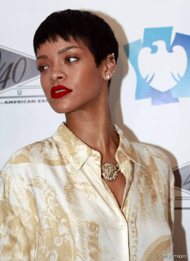 Rihanna também já exibiu fios com o corte pixie em 2012